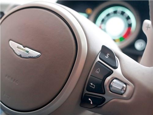 Aston Martin DB11 2017 кнопки переключения на руле