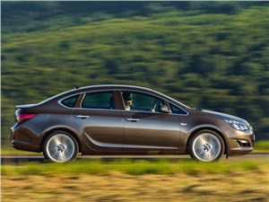 Opel Astra - Opel Astra 2013 вид сбоку