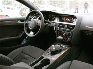 В салоне каждой Audi A5 есть рация для связи с инструкторами