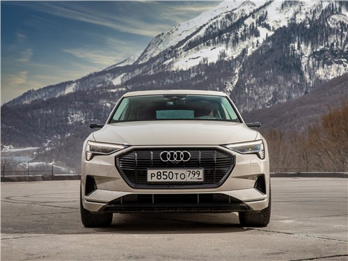 Audi e-tron Sportback (2021) вид спереди