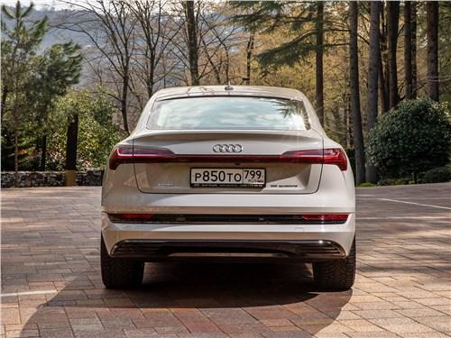 Audi e-tron Sportback (2021) вид сзади