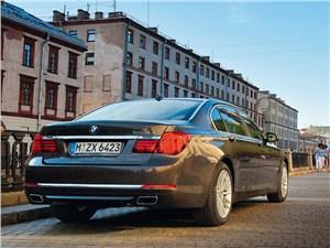BMW 7 series 2013 вид сзади