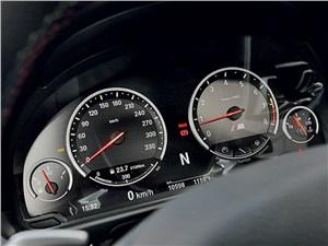 BMW M5 2011 приборная панель