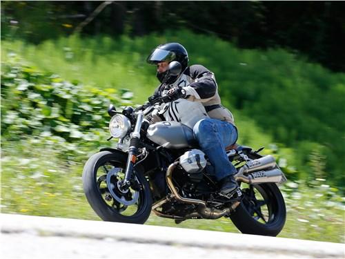 BMW R nineT Scrambler 2016 вид сбоку на дороге