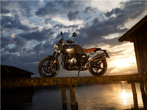 BMW R nineT Scrambler 2016 вид сбоку на закате