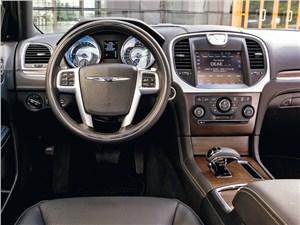 Chrysler 300C 2011 водительское место