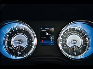 Chrysler 300C 2011 приборная панель