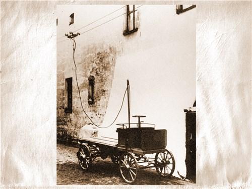 Впервые российский троллейбус был построен и испытан весной 1902 года на фабрике П.А. Фрезе. К сожалению, дальше опытных поездок дело тогда не пошло