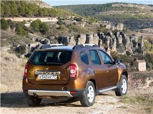 Renault Duster 2013 в горах вид сзади