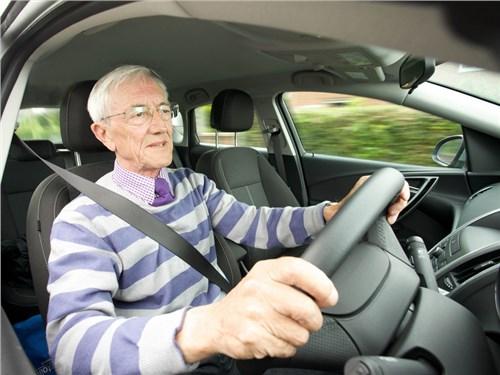 Автомобили пожилых водителей предлагают отмечать специальным знаком