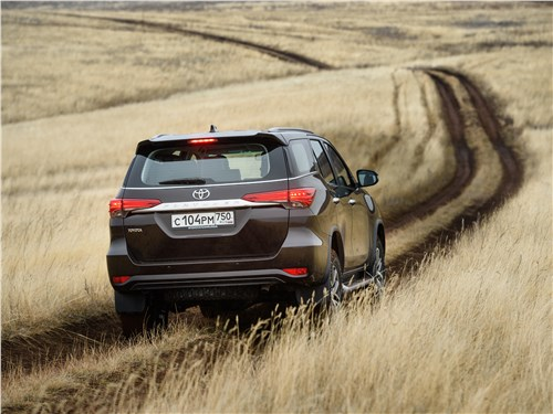 Toyota Fortuner 2016 вид сзади