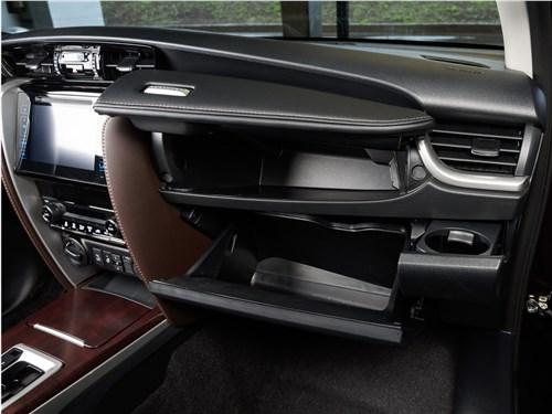Toyota Fortuner 2016 перчаточный ящик