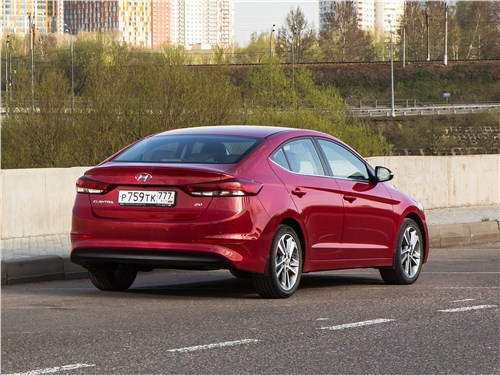 Hyundai Elantra 2017 вид сзади