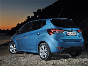 Hyundai iX20 2010 вид сзади слева