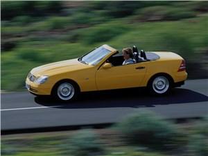 Mercedes-Benz SLK первое поколение вид сбоку с открытой крышей