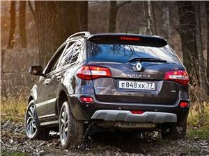 Renault Koleos 2014 вид сзади в лесу