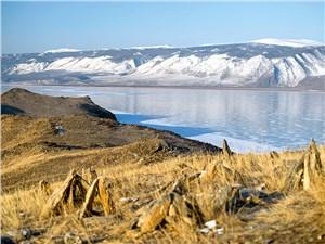 Почти голая степь странно сочетается с толстым льдом озера