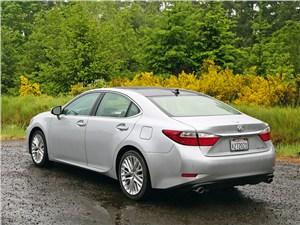 Lexus ES 2013 вид сзади