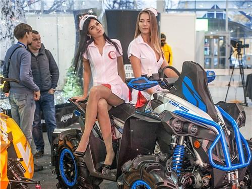 Стенд компании Rosan – официального дистрибьютора техники BRP в России. Похоже, что местным девушкам зрители уделяют больше внимания, чем снегоходам и квадроциклам