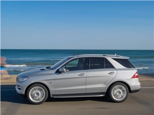 Mercedes-Benz M-klasse 2013 вид сбоку