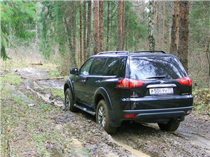 Mitsubishi Pajero Sport 2013 на лесной тропе