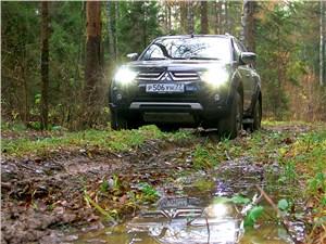 Mitsubishi Pajero Sport 2013 на лесной грунтовке