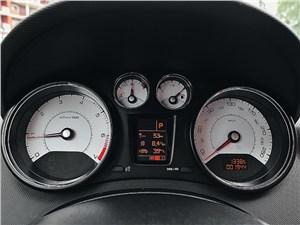 Peugeot 408 2010 приборная панель
