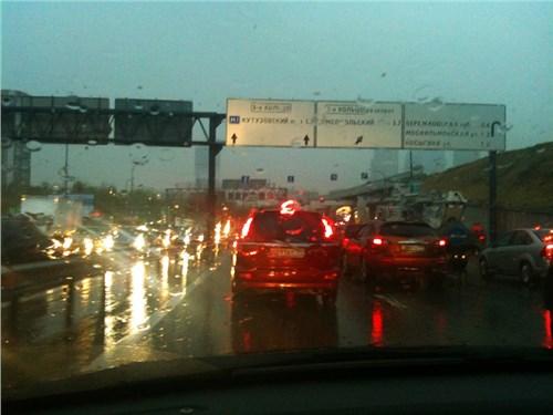 МЧС советует москвичам оставлять свои автомобили в гаражах в ближайшие два дня
