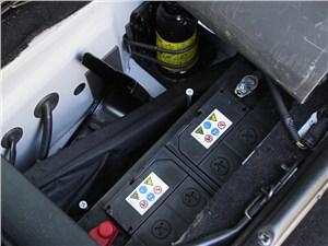 Предпросмотр land rover defender 2011 аккумулятор: под подушкой сиденья водителя
