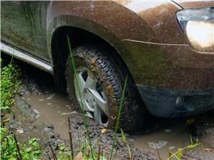 Renault Duster 2012 переднее колесо в грязи