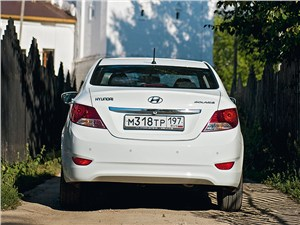 Hyundai Solaris 2012 вид сзади