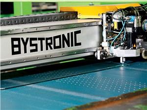 Готовое закаленное автомобильное стекло режет робот