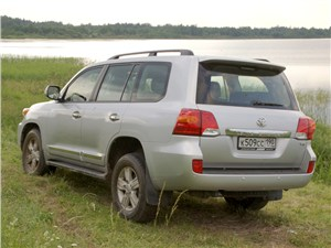 Toyota Land Cruiser 200 2012 вид сзади