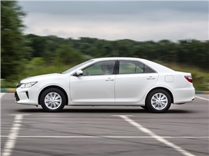 Toyota Camry 2014 вид сбоку