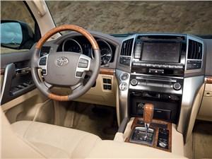 Toyota Land Cruiser 2012 водительское место