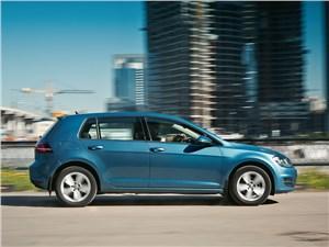 Volkswagen Golf 2013 вид сбоку