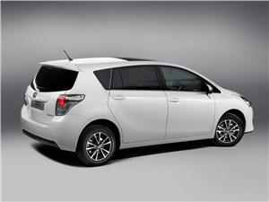 Toyota Verso - Toyota Verso 2013 вид сзади