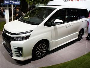 Toyota Voxy 2013 вид сбоку