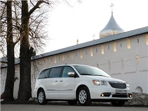 Chrysler Grand Voyager 2012 вид спереди