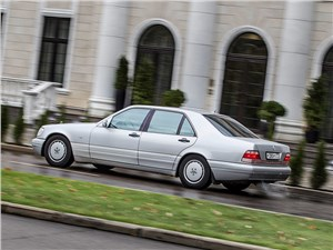 Немецкий триумвират (Audi A8, BMW 7-Series, Mercedes-Benz S-Klasse) S-Class - Mercedes-Benz S-Klasse 1997 вид сбоку
