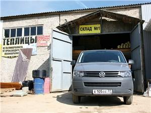 Volkswagen Transporter T5 2009 вид спереди возле склада