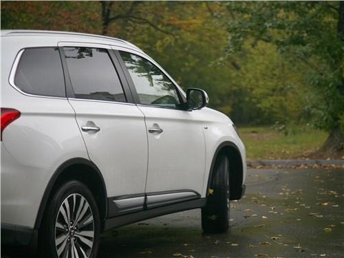Mitsubishi Outlander 2019 вид сбоку сзади