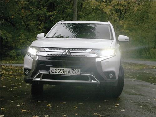 Mitsubishi Outlander 2019 вид спереди