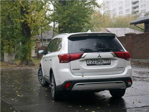 Mitsubishi Outlander 2019 вид сзади