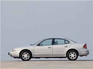 Крупные середняки (Chevrolet Alero (Oldsmobile Alero), Ford Taurus, Chrysler Sebring (Dodge Stratus)) Alero - Chevrolet Alero 1999 вид слева