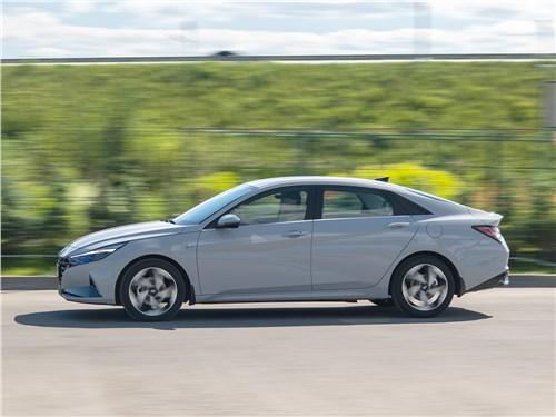 Hyundai Elantra (2021) вид сбоку