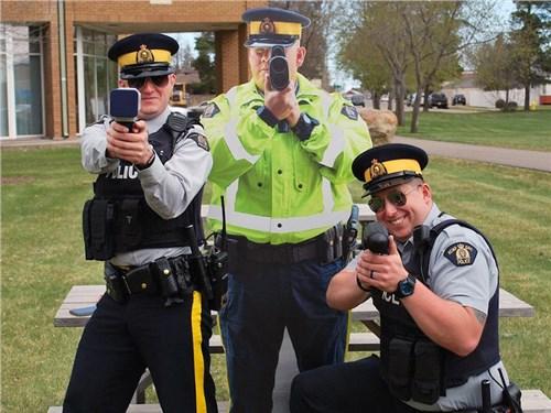 Алюминиевые полицейские на страже безопасного дорожного движения