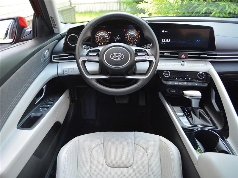 Hyundai Elantra (2021) водительское место