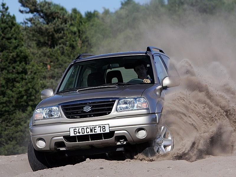 Suzuki Grand Vitara 3d 2004 вид спереди слева в динамике