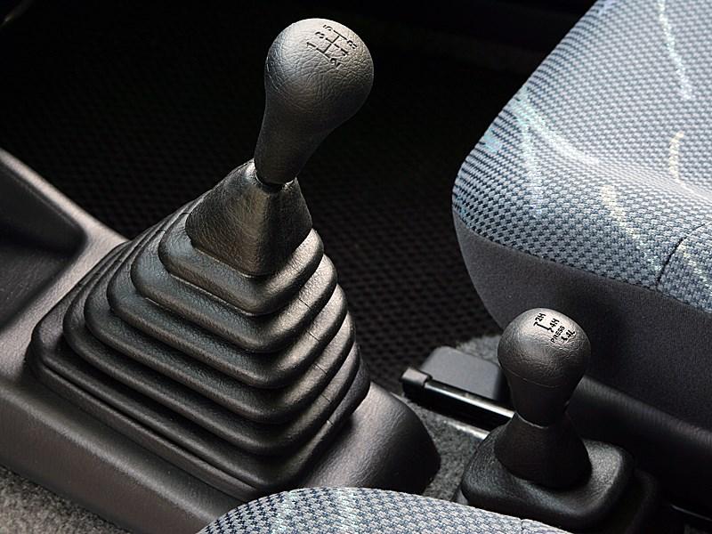 Suzuki Jimny 2004 рычаги коробки передач и раздаточной коробки